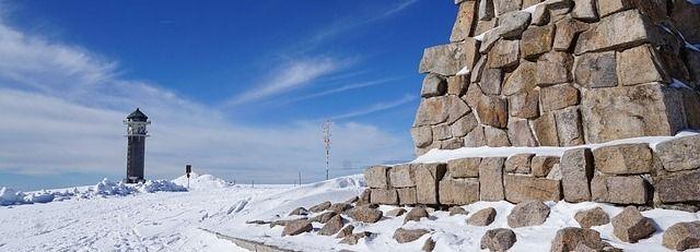 Feldbergturm im Schnee.